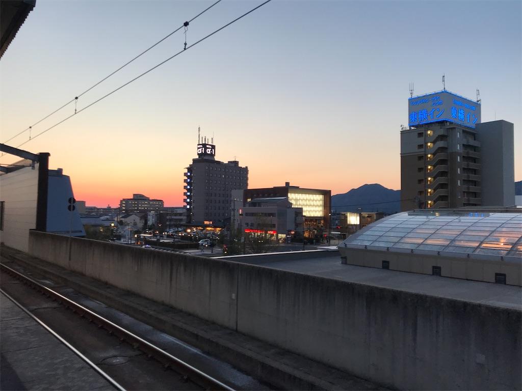 出雲市駅ホーム上から北西方向の眺め(2019/4/12 18:47頃)