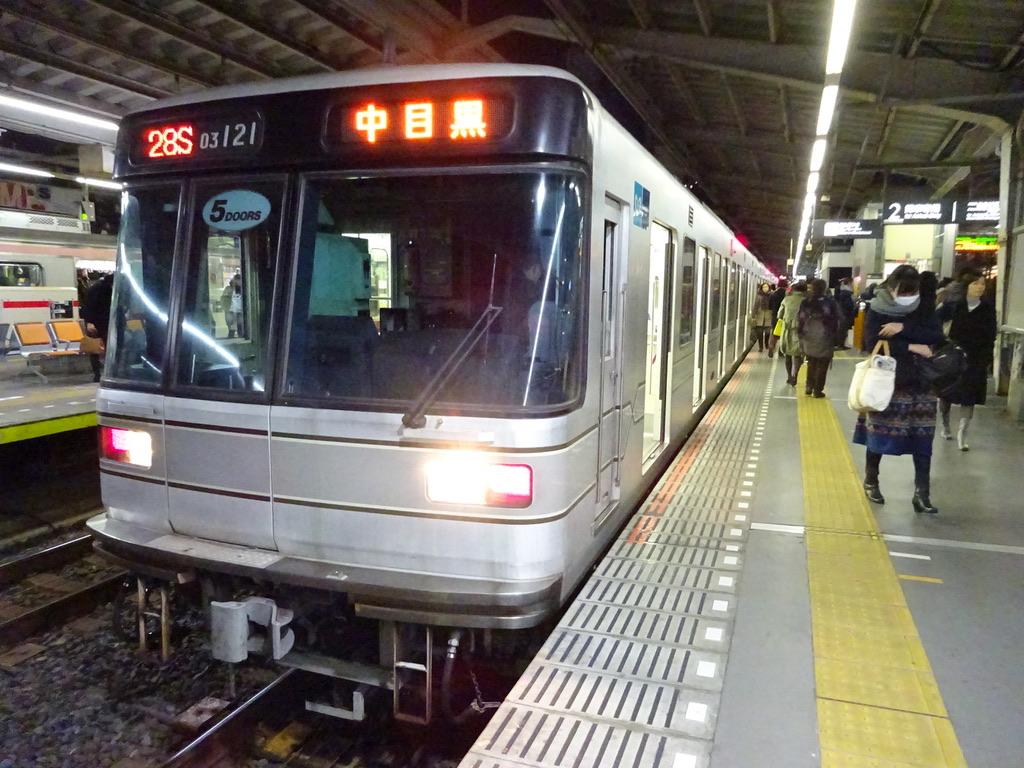 終点の中目黒駅に到着した東京メトロ03-121(2014/12/13)