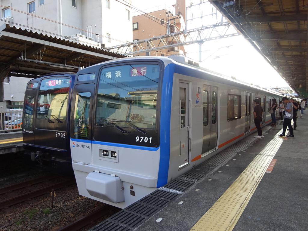 さがみ野駅で並ぶ9702F急行海老名行きと9701F急行横浜行き(2019/8/3)