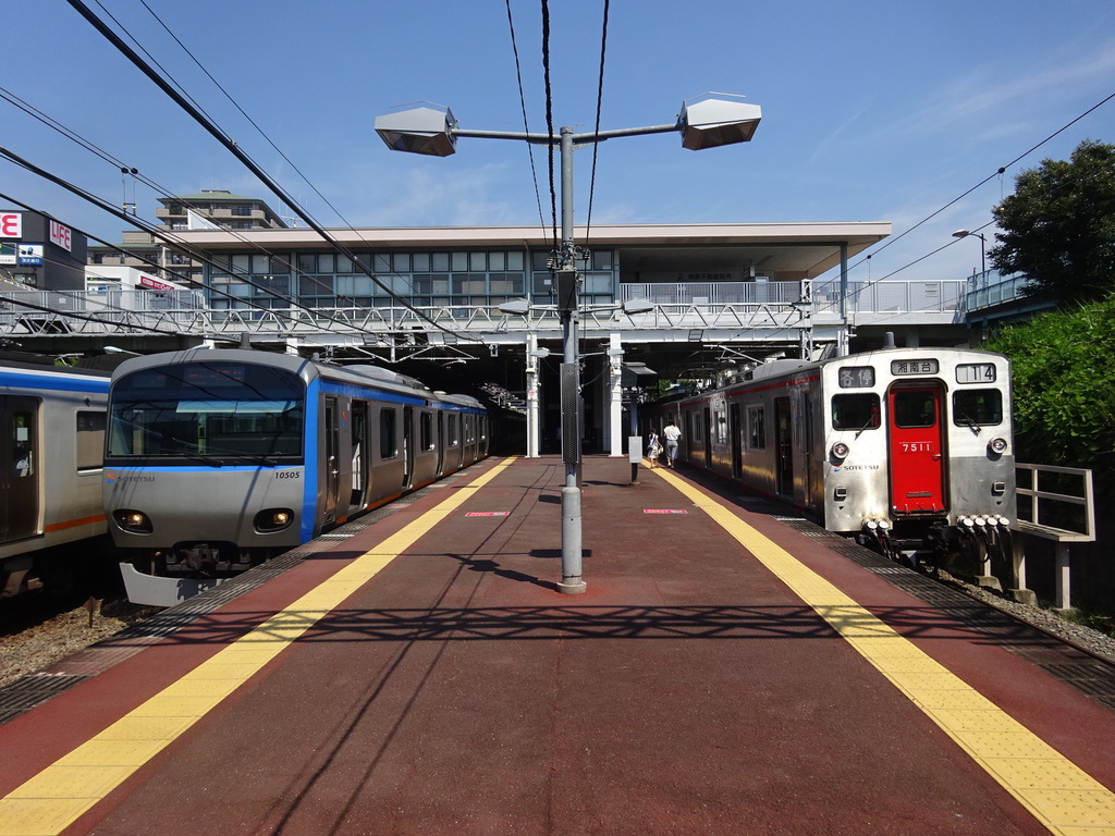 いずみ野駅で緩急接続するようになった8両編成の特急・各停湘南台行き(2015/7/26)