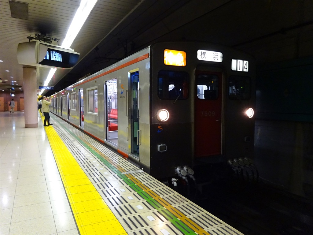 湘南台駅1番線に停車中の8両編成7710F特急横浜行き(2014/4/27)