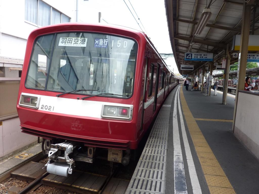 神奈川新町駅で快特待避中の2021編成エアポート急行羽田空港行き(2010/5/27)