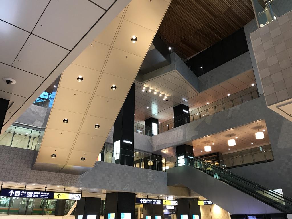 横浜駅西口の、上に広がる新空間。10番線に停車中の列車も見ることができる。