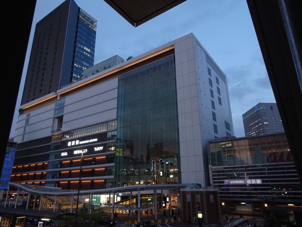 横浜高島屋側の歩道橋から見たJR横浜ビル一帯