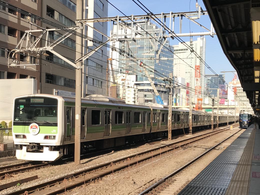 引退間近の山手線E231系500番台HM車と、渋谷駅を出発した相鉄12000系(2020/1/14)