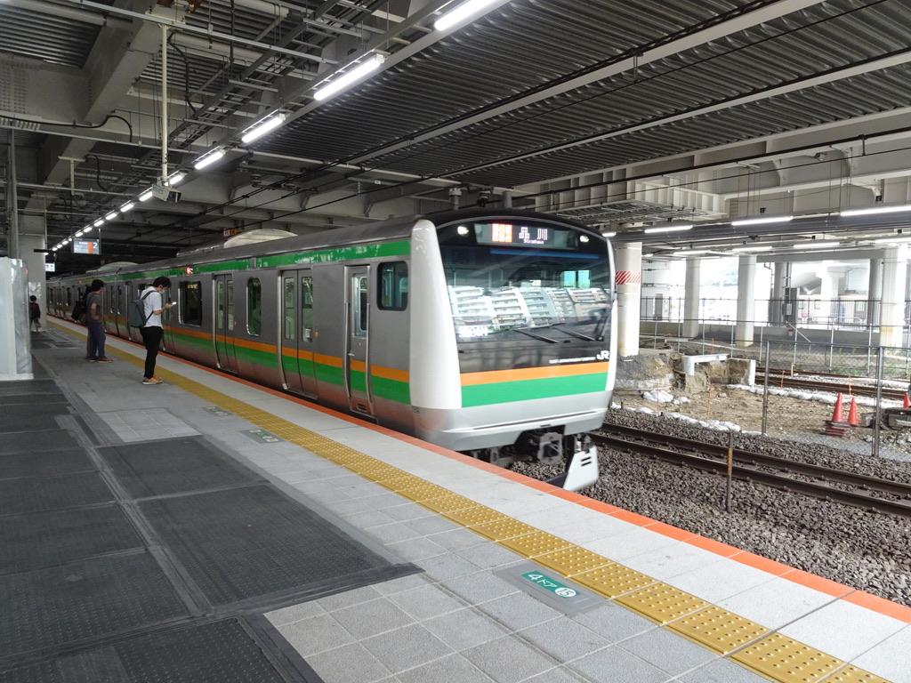 川崎駅2番線に到着するE233系東海道線快速アクティー品川行き(2020/5/31)