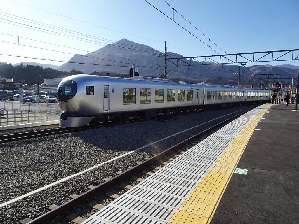 西武秩父駅に到着する西武特急001系「Laview」(2020/2/23)