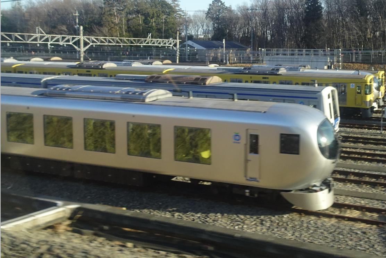 小手指車両基地に停車中の西武特急Laview(列車内から撮影・2020/2/23)