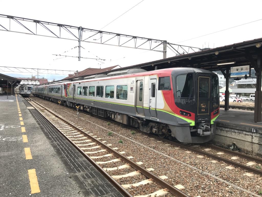 琴平駅2番線に停車中のJR四国2700系南風3号高知行き(2019/12/7)