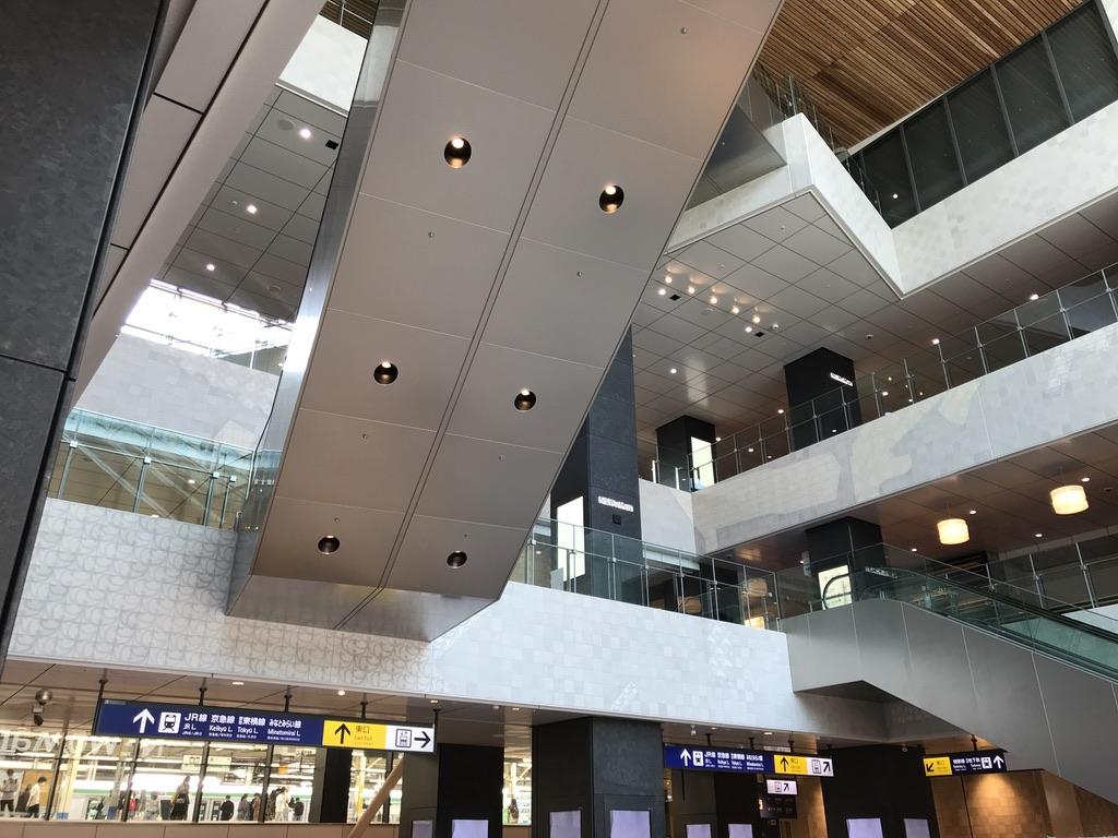 横浜駅西口からNEWoMan上階および横浜駅10番線方向を見渡す(2020/5/30)