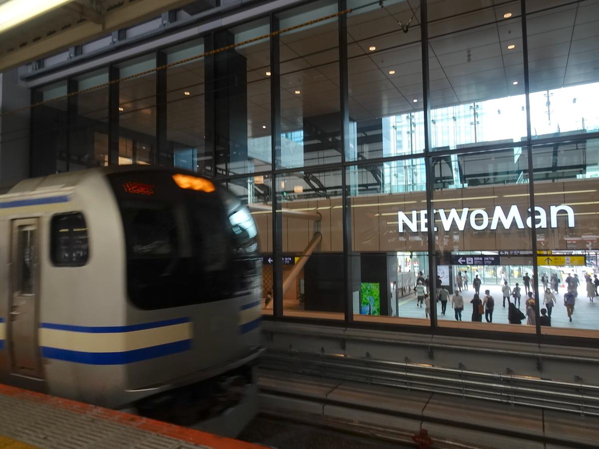 横浜駅10番線に入線する横須賀線E217系と、シースルーの外に見える西口新商業施設(2020/5/30)