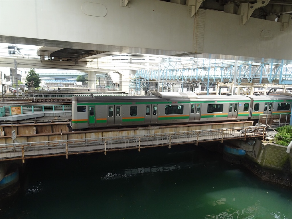 横浜駅を出発したE231系特別快速高崎行き(2020/6/27)