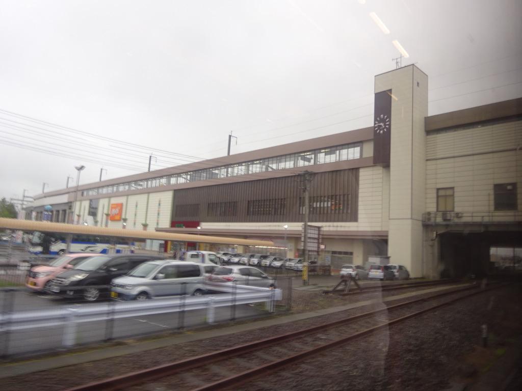 東北新幹線の駅舎が見える陸羽東線古川駅到着直前(2019/6/30)