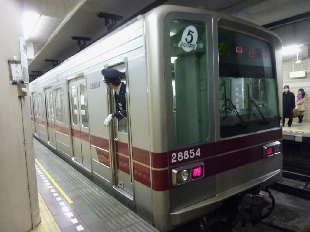 秋葉原駅に到着した東武20000系(20050型)5ドア車中目黒行き(2013/3/11)