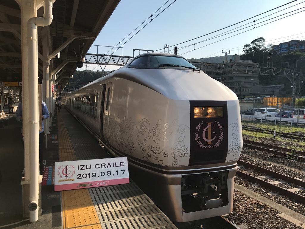 伊東駅3番線に停車中の651系1000番台快速伊豆クレイル号小田原行き(2019/8/17)