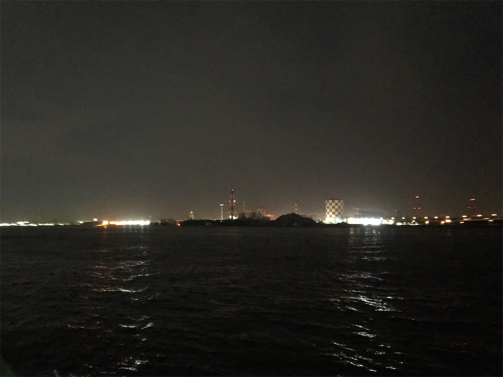 東京湾に浮かぶ扇島方面の工業地帯の夜景