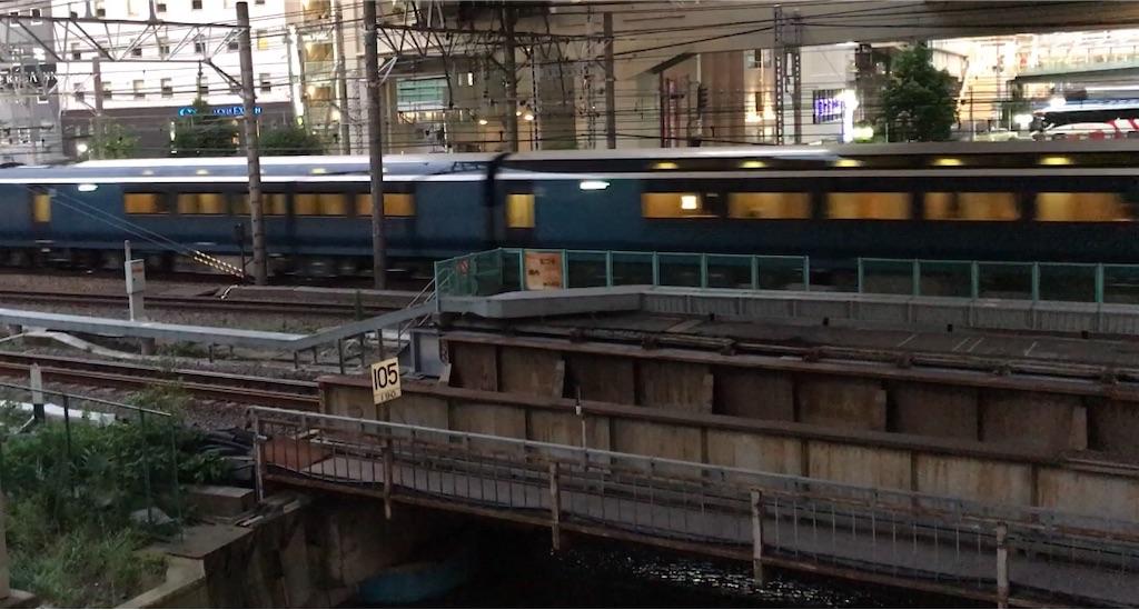 横浜駅を発車したE261系サフィール踊り子4号東京行き(2020/7/4)