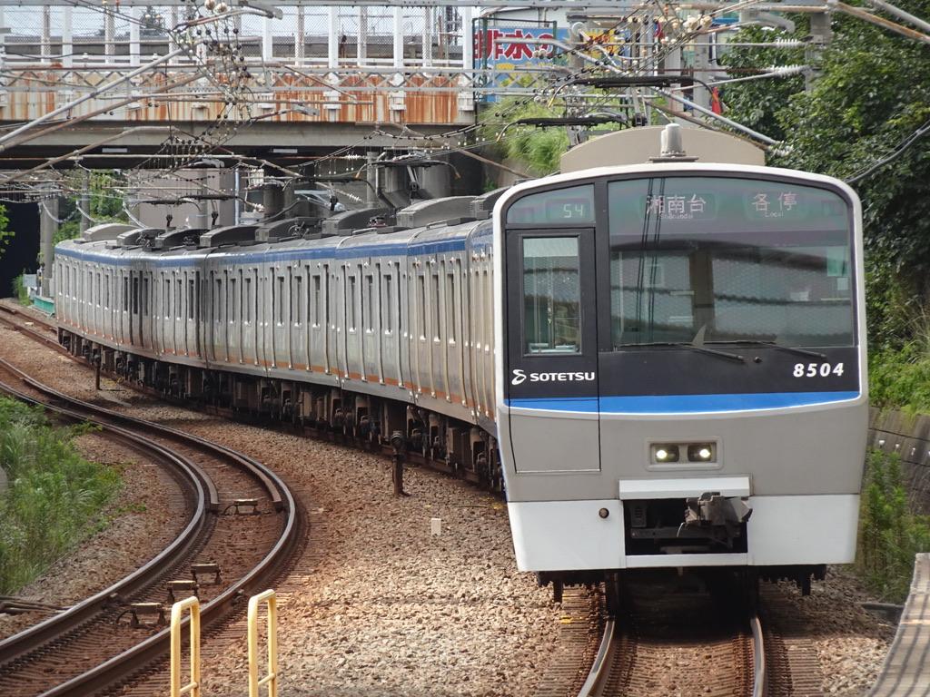 南万騎が原駅に到着する8704F各駅停車湘南台行き(2020/7/19)