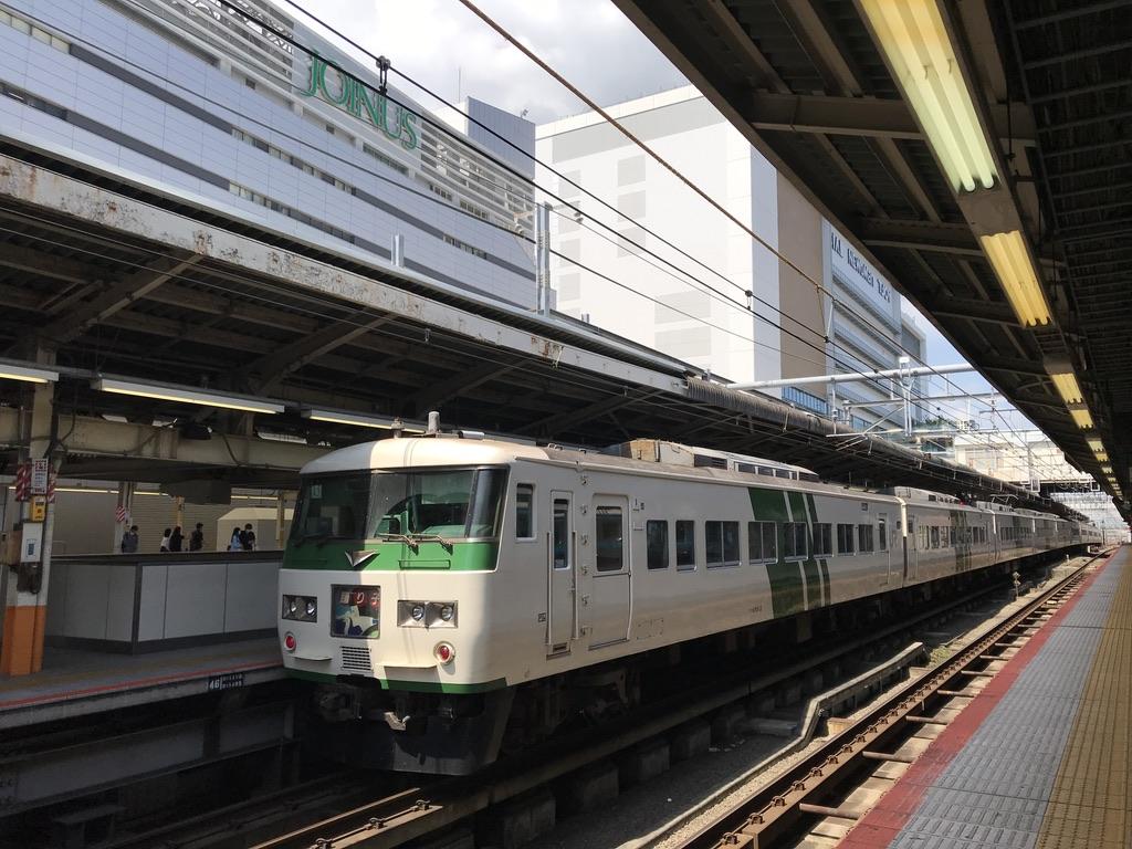 お昼時の横浜駅に停車する185系踊り子52号東京行き(2020/8/2)