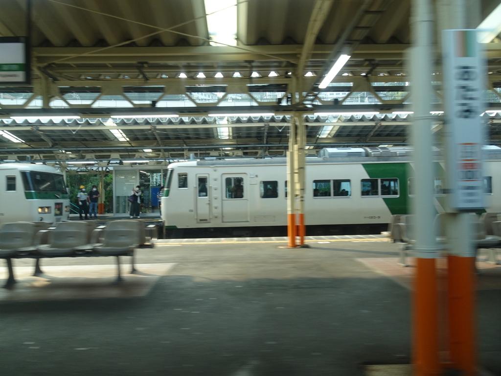 踊り子57号が熱海駅に到着する時、踊り子16号は増結作業中であった(2020/8/8)
