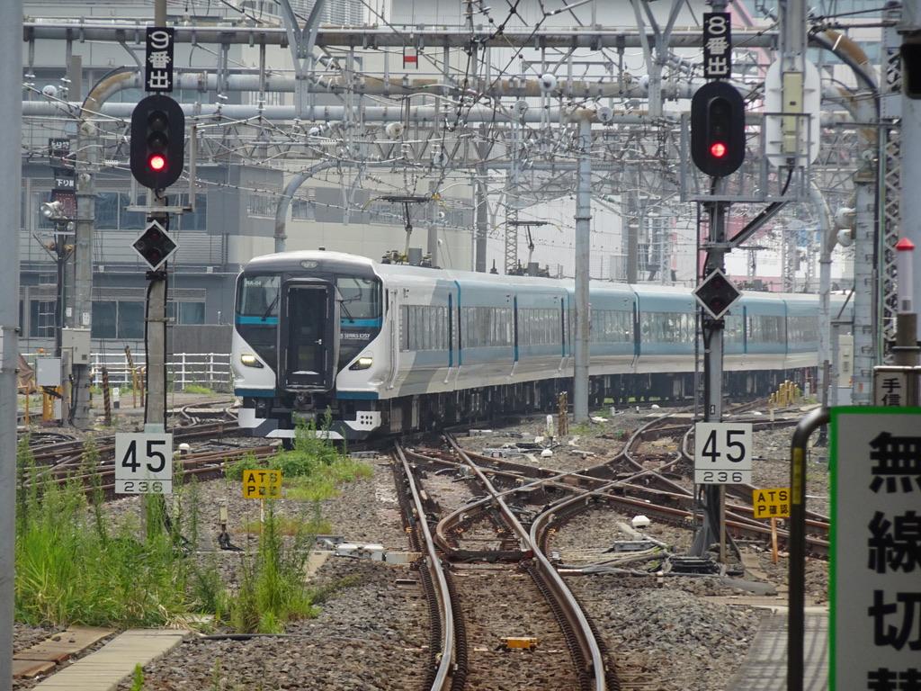 上り線から東京駅9番線に入線するE257系踊り子6号(2020/8/8)この後、折り返し踊り子57号になった