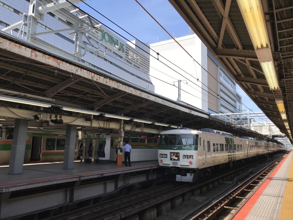 普段から横浜で待避時間が設定されている列車を追い越す踊り子54号(2020/8/2)