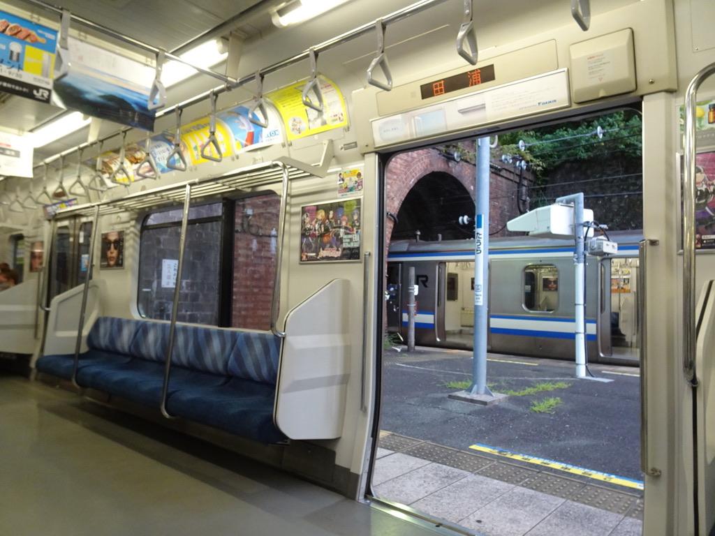 11両編成の下り列車で田浦駅に到着時、2号車の一番前のドアは開かない(2020/8/9)