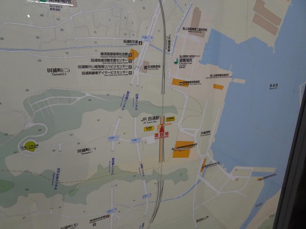 田浦駅改札外に掲示されている、田浦駅周辺の地図