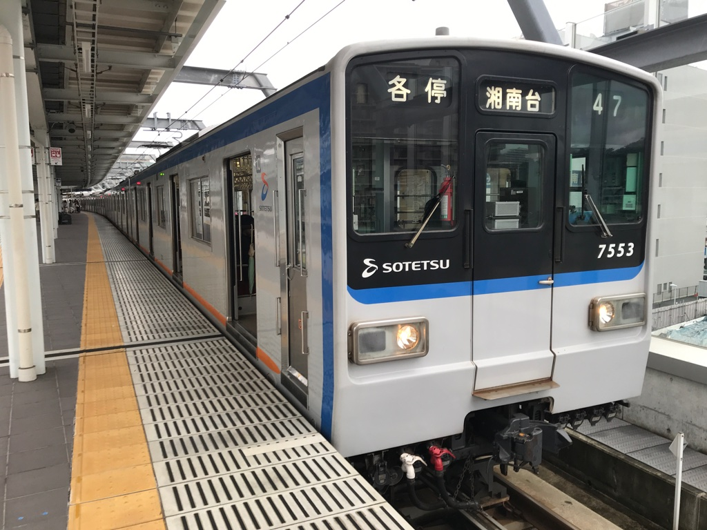星川駅1番線で待避中の7753F各駅停車湘南台行き(2019/10/22)