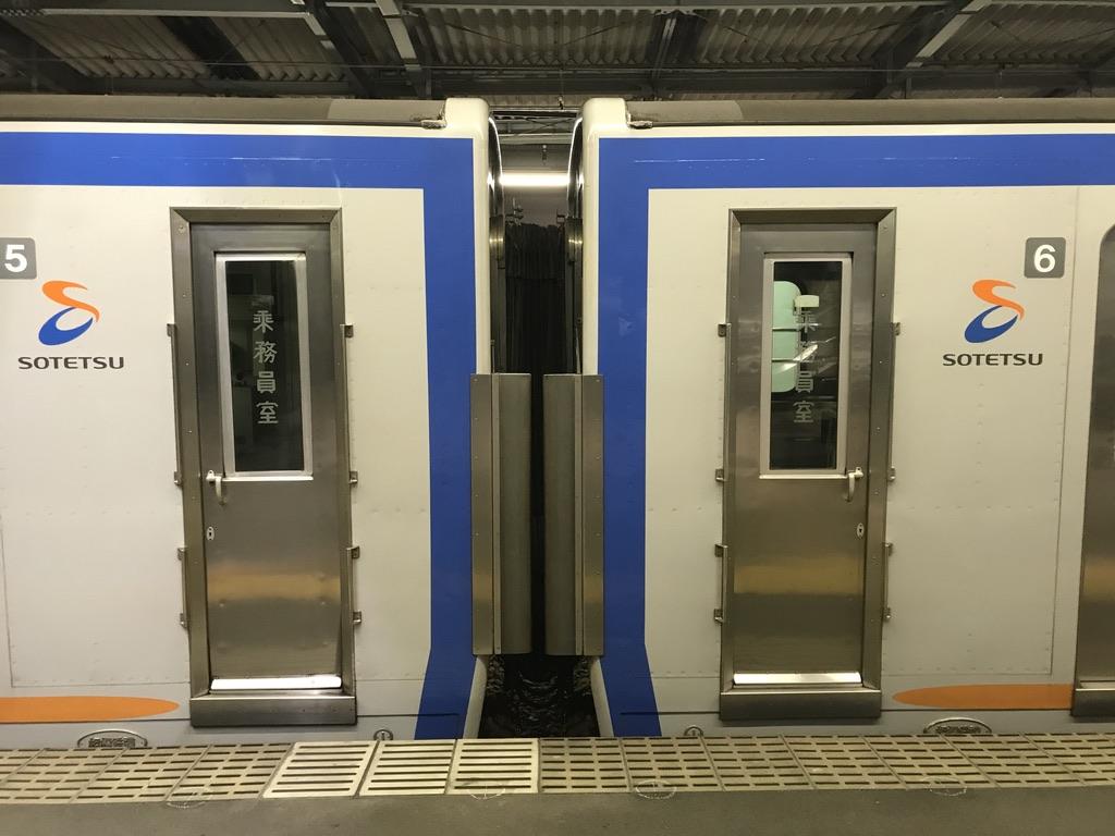 南万騎が原駅に停車中の7751F各停横浜行きの、5・6号車連結部分(2020/8/13)
