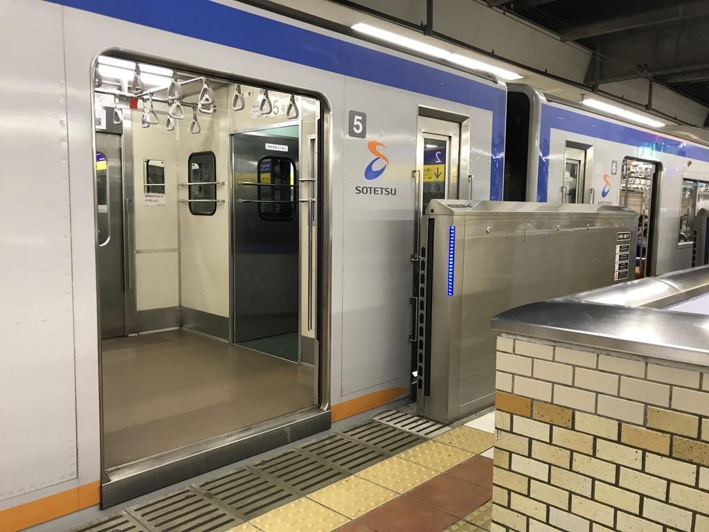 横浜駅2番線に停車中の7751Fと、1F改札への階段の位置(2020/8/16)