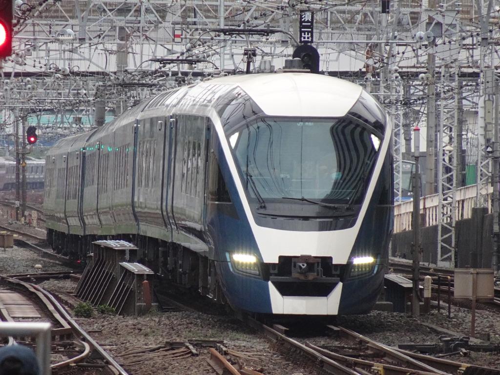 横浜駅に到着するE261系サフィール踊り子2号東京行き(2020/8/22)