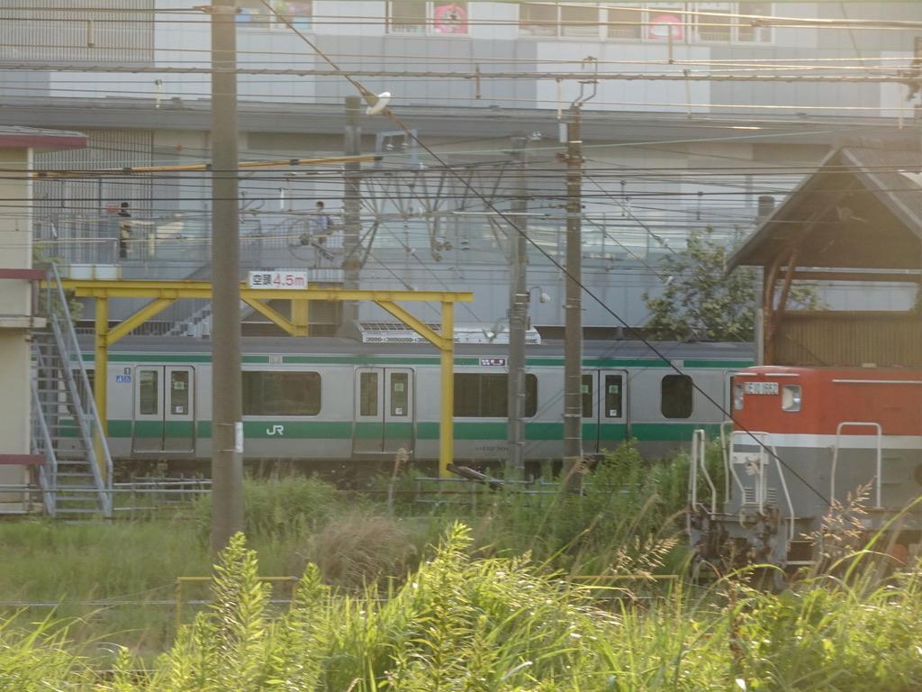 新川崎駅から見た、新鶴見機関区・新鶴見信号場付近を走行中のE233系新宿行き(2020/8/19)