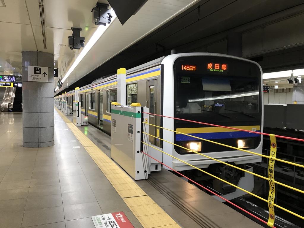 成田空港駅2番線に停車中の209系(8両編成)各駅停車千葉行き(2020/8/23)