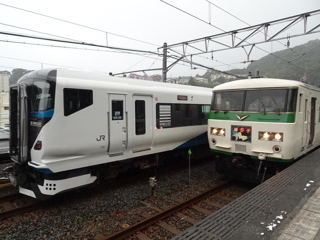 伊豆稲取駅に停車中のE257系踊り子15号、185系踊り子16号(2020/6/28)