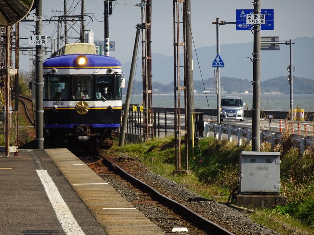 穴道湖が程近い津ノ森駅に到着する5010号出雲大社前行き(2020/2/15)