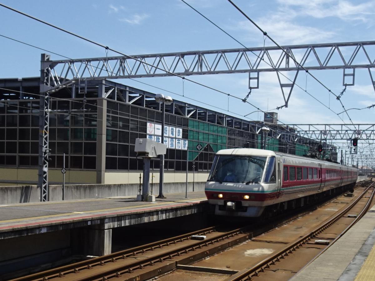 電鉄出雲市駅の駅舎はJR出雲市駅のホームから見える位置に(2020/6/21)