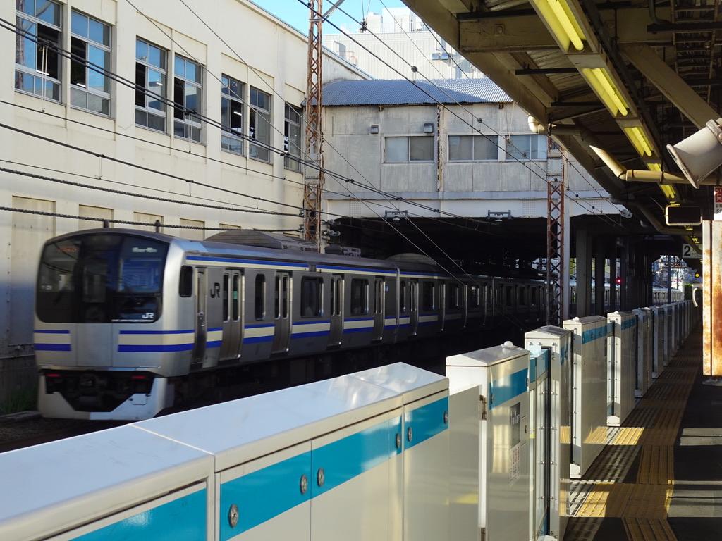鶴見駅の横を通過するE217系横須賀線11両編成上総一ノ宮行き(2020/8/30)