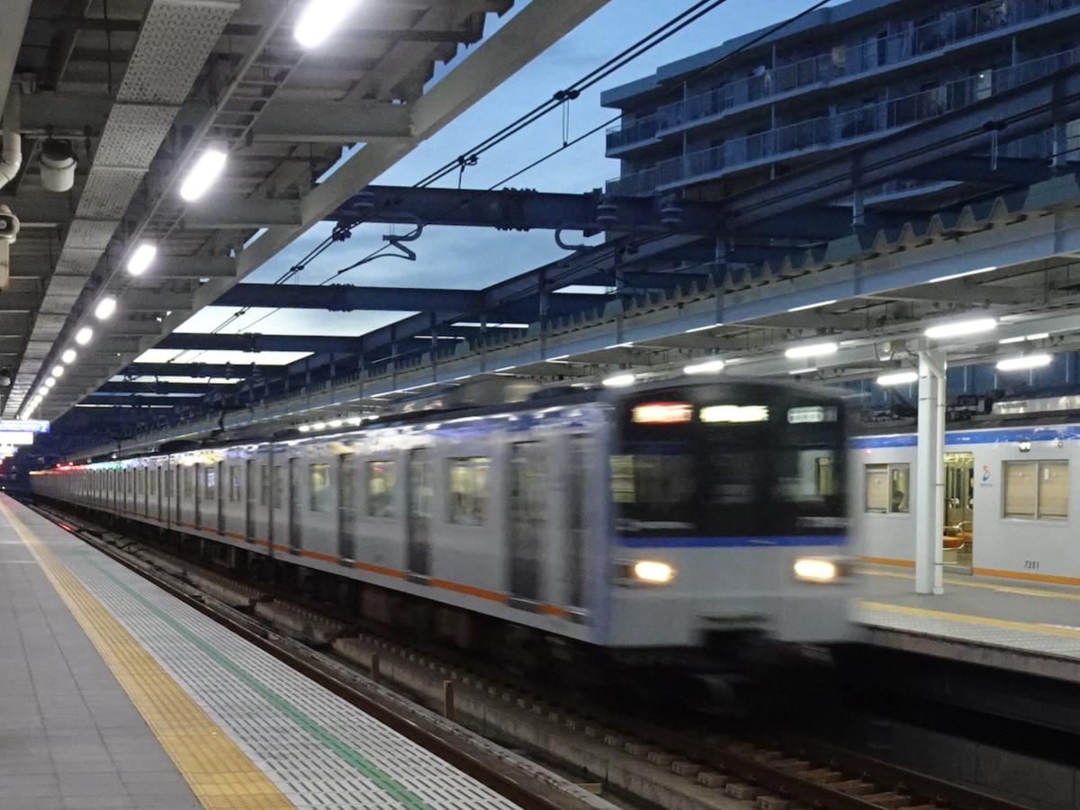 星川駅で上り各停(7751F)を通過追い越しする急行(7754F)(2020/9/3)