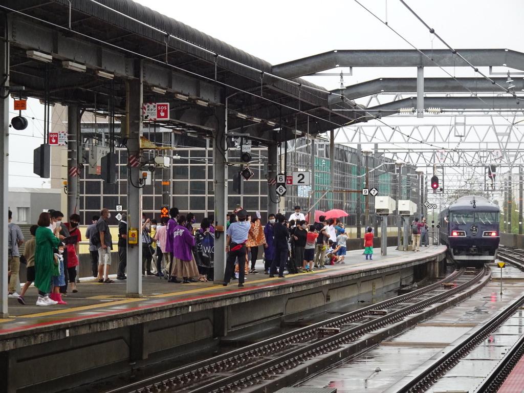 たくさんの人に見守られながら出雲市駅を出発したWEST EXPRESS 銀河上り一番列車(2020/9/12)