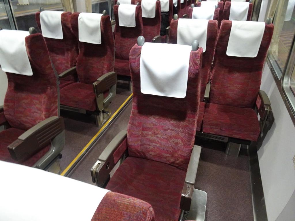 今回乗車した2号車は元・グリーン車仕様で、10番・12番の窓側席が無い