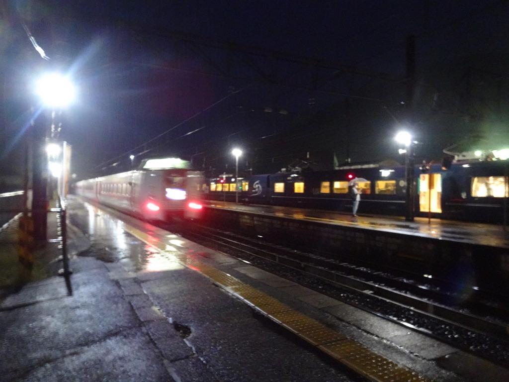 根雨駅を発車する特急やくも28号と、停車中のWEST EXPRESS 銀河(2020/9/12)