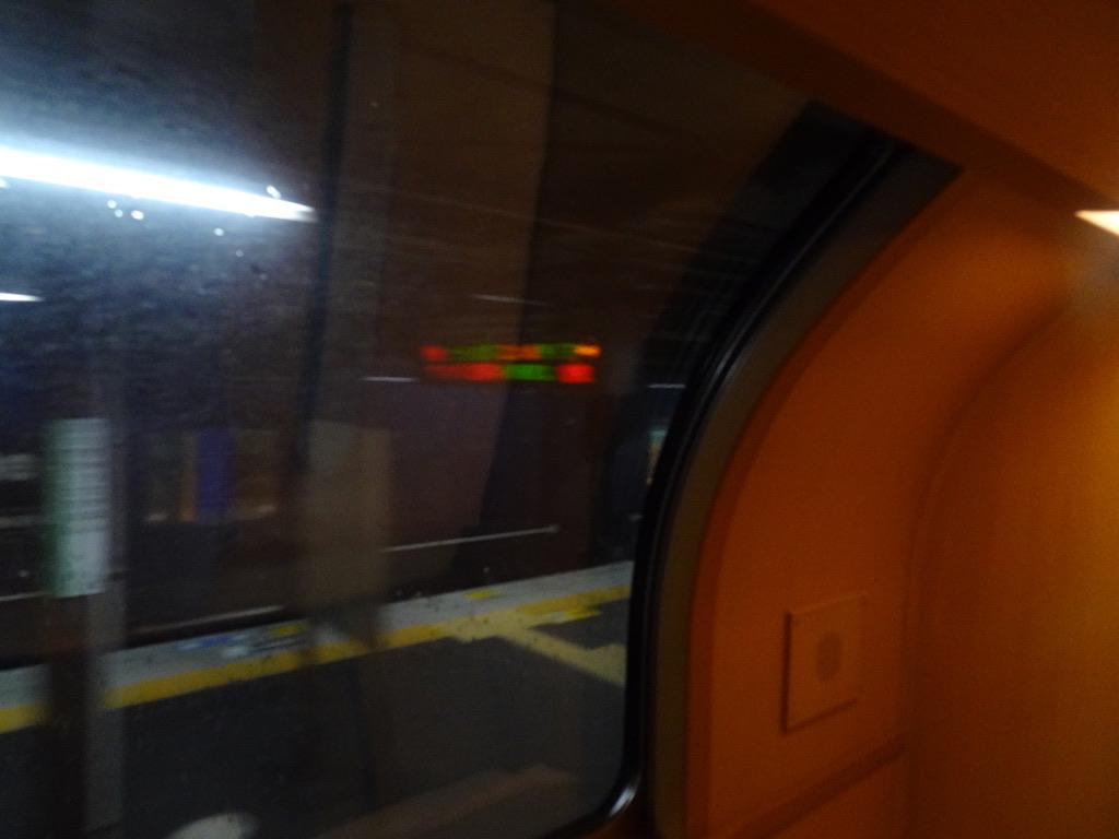 乗車したサンライズ出雲号の車内からWEST EXPRESS 銀河を眺めながら発車