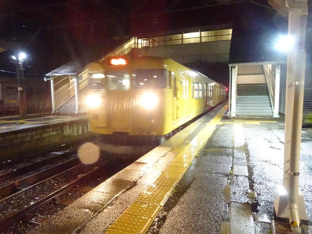 根雨駅に到着する115系普通列車新見行き(2020/9/12)