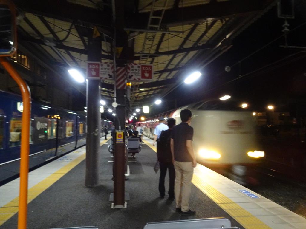 備中高梁駅に停車中のWEST EXPRESS 銀河と、入線するサンライズ出雲号(2020/9/12)