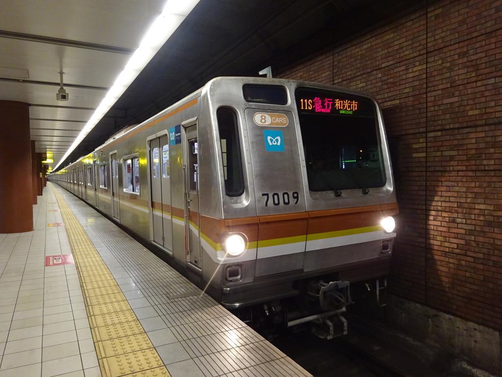 馬車道駅2番線を発車する東京メトロ7109F急行和光市行き(2015/6/16)