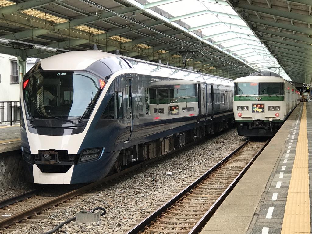 伊豆急下田駅に到着したE261系8両編成サフィール踊り子号、185系7両編成踊り子号(2020/9/20)