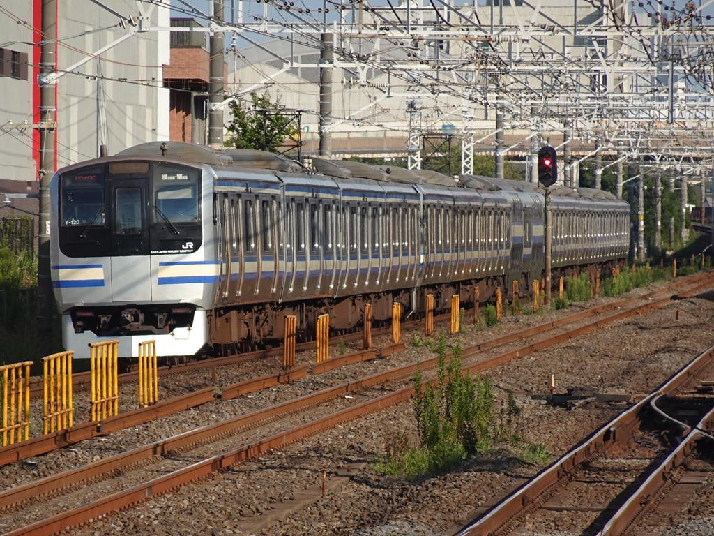 西船橋駅付近を走行中の総武線快速E217系成田空港行き(2020/9/21)