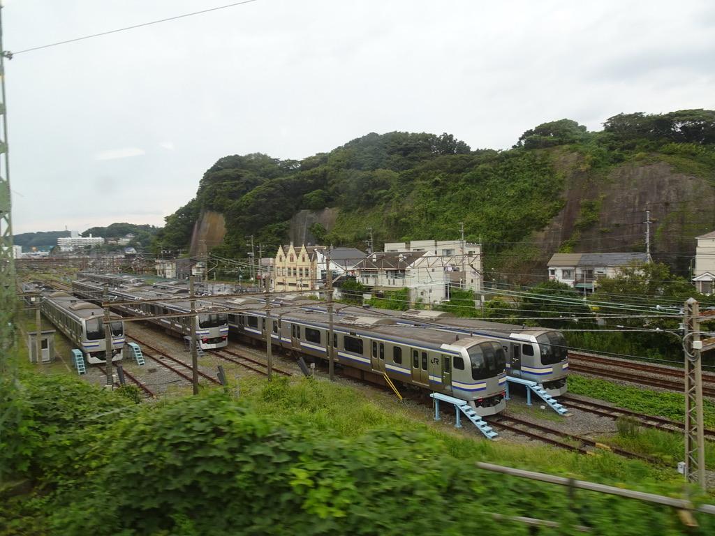 JR逗子駅の先にある留置線を京急逗子線の列車から眺める(2020/9/22)