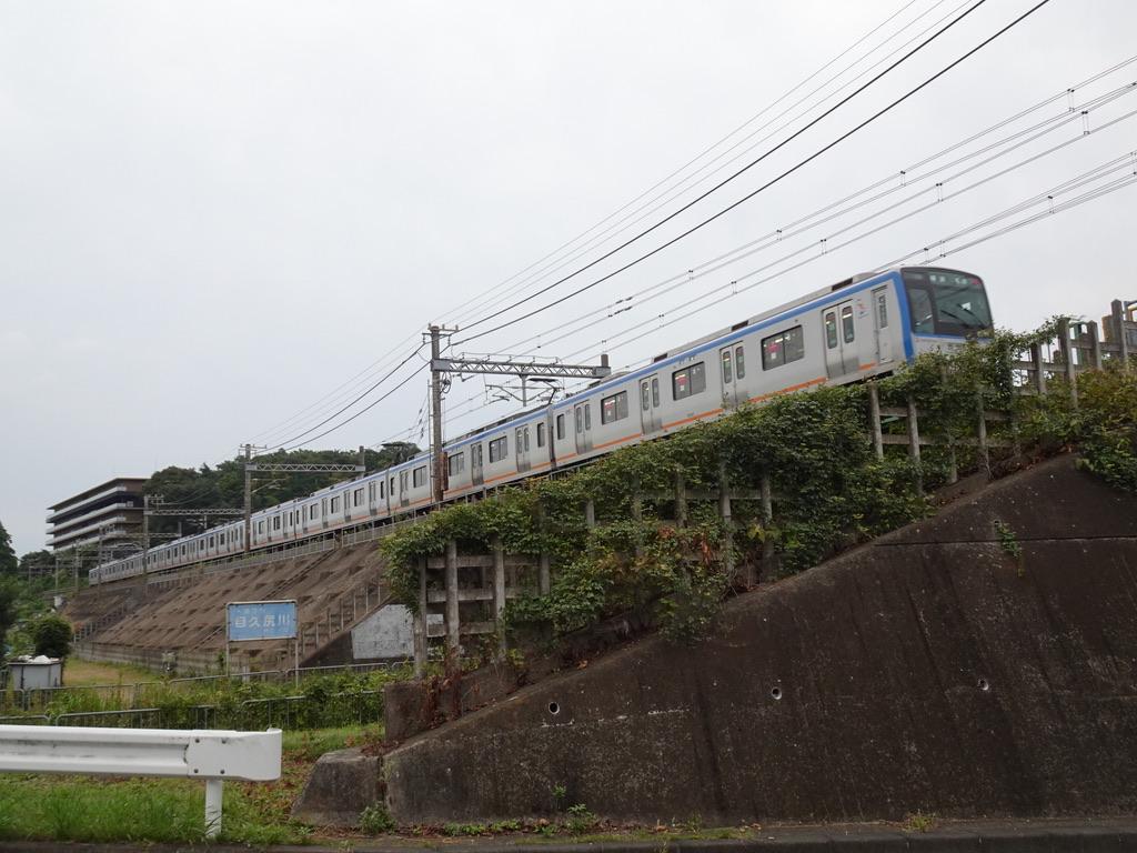目久尻側を渡り、かしわ台駅方面へと向かう9701F各駅停車横浜行き(2020/9/22)